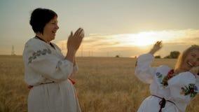 Κινηματογράφηση σε πρώτο πλάνο, χειροκρότημα δύο ομοφυλοφιλικό γυναικών τα χέρια τους και γέλιο στον τομέα σίτου στη Dawn φιλμ μικρού μήκους