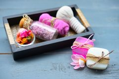 κινηματογράφηση σε πρώτο πλάνο χειροποίητο products soap spa εξωτική flower massage products spa πετσέτα πετρών Στοκ Εικόνα