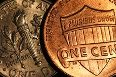 Κινηματογράφηση σε πρώτο πλάνο χρημάτων νομισμάτων δεκαρών στοκ φωτογραφίες