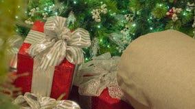 Κινηματογράφηση σε πρώτο πλάνο χριστουγεννιάτικων δώρων με το δέντρο στο υπόβαθρο στοκ εικόνες με δικαίωμα ελεύθερης χρήσης
