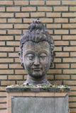 Κινηματογράφηση σε πρώτο πλάνο 400 χρονών του αρχαίου επικεφαλής αγάλματος του Βούδα πετρών στο ιστορικό μουσείο Ταϊλάνδη, γλυπτό Στοκ Φωτογραφία