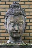Κινηματογράφηση σε πρώτο πλάνο 400 χρονών του αρχαίου επικεφαλής αγάλματος του Βούδα πετρών στο ιστορικό μουσείο Ταϊλάνδη, γλυπτό Στοκ Εικόνα