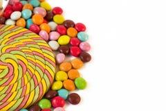 Κινηματογράφηση σε πρώτο πλάνο χρωματισμένος lollipop και ζωηρόχρωμο dragee καραμελών επιδορπίων στο άσπρο υπόβαθρο στοκ φωτογραφία με δικαίωμα ελεύθερης χρήσης