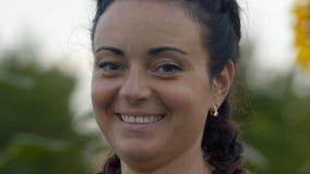 Κινηματογράφηση σε πρώτο πλάνο, όμορφη γυναίκα με τις πλεξίδες που χαμογελούν Smilingly απόθεμα βίντεο