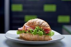 Κινηματογράφηση σε πρώτο πλάνο croissant με τα πράσινα, το ζαμπόν και τα λαχανικά στο μπαρ στοκ εικόνες