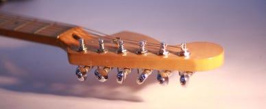 Κινηματογράφηση σε πρώτο πλάνο fingerboard κιθάρα έξι-σειράς φωτογραφία σε ένα άσπρο backgro Στοκ εικόνα με δικαίωμα ελεύθερης χρήσης