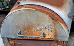 Κινηματογράφηση σε πρώτο πλάνο firebox μιας παλαιάς σχάρας καπνιστών Στοκ Φωτογραφίες