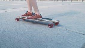 Κινηματογράφηση σε πρώτο πλάνο skateboard και των ποδιών ενός ατόμου στα πάνινα παπούτσια φιλμ μικρού μήκους