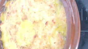 Κινηματογράφηση σε πρώτο πλάνο tortilla de patata που βράζει με το ελαιόλαδο απόθεμα βίντεο