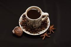 Κινηματογράφηση σε πρώτο πλάνο ένα φλυτζάνι του μαύρου υποβάθρου καφέ στοκ εικόνες