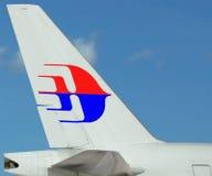 Κινηματογράφηση σε πρώτο πλάνο αεροπλάνων αερογραμμών της Μαλαισίας λογότυπων. Μπλε ουρανός. Στοκ Φωτογραφίες