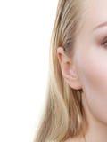 Κινηματογράφηση σε πρώτο πλάνο αυτιών γυναικών, μισή εικόνα προσώπου στοκ εικόνα