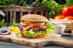 Κινηματογράφηση σε πρώτο πλάνο γίνοντων των burger ââfrom λαχανικών και beaf Στοκ Φωτογραφίες