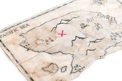 Κινηματογράφηση σε πρώτο πλάνο για να επινοήσει το χάρτη θησαυρών με τον Ερυθρό Σταυρό του στήθους πειρατών Στοκ φωτογραφία με δικαίωμα ελεύθερης χρήσης