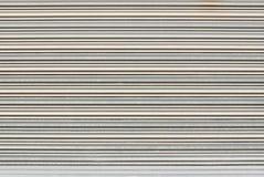 Κινηματογράφηση σε πρώτο πλάνο για να καθαρίσει την πόρτα παραθυρόφυλλων μετάλλων, υπόβαθρο Στοκ φωτογραφία με δικαίωμα ελεύθερης χρήσης