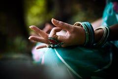 Κινηματογράφηση σε πρώτο πλάνο γυναικών meditate του χεριού Στοκ Εικόνες