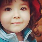 Κινηματογράφηση σε πρώτο πλάνο εικόνας Instagram επάνω του μικρού κοριτσιού με τη ζάλη του καφετιού ey Στοκ Εικόνα