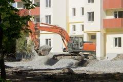 Κινηματογράφηση σε πρώτο πλάνο εκσκαφέων σε ένα εργοτάξιο οικοδομής ενός κατοικημένου σπιτιού Στοκ εικόνα με δικαίωμα ελεύθερης χρήσης