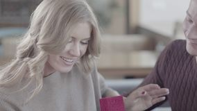 Κινηματογράφηση σε πρώτο πλάνο ενός ατόμου που κρατά ένα κιβώτιο με ένα γαμήλιο δαχτυλίδι κοστούμι δαχτυλιδιών ατόμων δέσμευσης απόθεμα βίντεο