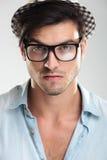 Κινηματογράφηση σε πρώτο πλάνο ενός ατόμου που φορά τα γυαλιά Στοκ Εικόνα