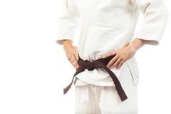 Κινηματογράφηση σε πρώτο πλάνο ενός ατόμου σε ένα άσπρο κιμονό για το τζούντο Στοκ Φωτογραφίες