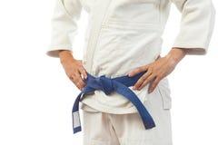 Κινηματογράφηση σε πρώτο πλάνο ενός ατόμου σε ένα άσπρο κιμονό για το τζούντο Στοκ Εικόνες