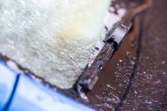 Κινηματογράφηση σε πρώτο πλάνο ενός αυτοκινήτου που καλύπτεται στο χιόνι Στοκ εικόνες με δικαίωμα ελεύθερης χρήσης