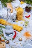 Κινηματογράφηση σε πρώτο πλάνο ενός γκρίζου πίνακα με τα ζυμαρικά, το baguette, το μπουκάλι γυαλιού, το πιπέρι τσίλι, τα αυγά ορτ Στοκ Εικόνες