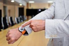 Κινηματογράφηση σε πρώτο πλάνο ενός επιχειρηματία που παρουσιάζει ρολόι του Στοκ Εικόνα