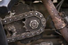 Κινηματογράφηση σε πρώτο πλάνο ενός ηλικίας σκουριασμένου μηχανισμού εργαλείων Παλαιά αλυσσοτροχός-ρόδα W Στοκ φωτογραφία με δικαίωμα ελεύθερης χρήσης