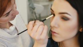 Κινηματογράφηση σε πρώτο πλάνο ενός καλλιτέχνη σύνθεσης που εφαρμόζει τη σύνθεση στο eyelash φιλμ μικρού μήκους