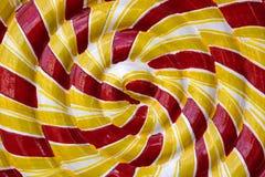 Κινηματογράφηση σε πρώτο πλάνο ενός κόκκινου και κίτρινου προτύπου Lollipop στοκ εικόνες
