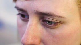 Κινηματογράφηση σε πρώτο πλάνο ενός ξανθού με τα hyperchromic μάτια απόθεμα βίντεο