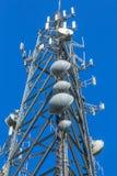Κινηματογράφηση σε πρώτο πλάνο ενός πύργου κυττάρων τηλεπικοινωνιών Στοκ Εικόνες