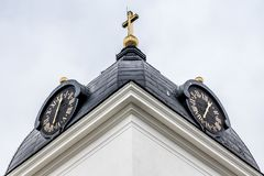 Κινηματογράφηση σε πρώτο πλάνο ενός πύργου ρολογιών εκκλησιών Στοκ φωτογραφία με δικαίωμα ελεύθερης χρήσης