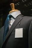 Σκούρο γκρι ριγωτό σακάκι με μια κενή ετικέττα (κάθετη) Στοκ Εικόνα