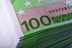 Κινηματογράφηση σε πρώτο πλάνο ενός σωρού των λογαριασμών για 100 ευρώ Στοκ Εικόνες