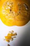 Κινηματογράφηση σε πρώτο πλάνο ενός τμήματος της πορτοκαλιάς κολοκύθας με τους σπόρους στοκ εικόνες