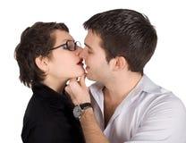 Κινηματογράφηση σε πρώτο πλάνο ενός φιλήματος ζευγών Στοκ Φωτογραφία