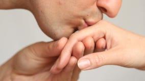 Κινηματογράφηση σε πρώτο πλάνο ενός φιλιού για τα χέρια Ο άνδρας φιλά το χέρι γυναικών ` s Απομονωμένος πέρα από την άσπρη ανασκό απόθεμα βίντεο