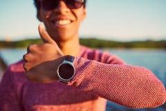 Κινηματογράφηση σε πρώτο πλάνο ενός χεριού ατόμων με το έξυπνο ρολόι σε υπαίθριο Στοκ Φωτογραφίες