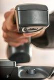 Κινηματογράφηση σε πρώτο πλάνο ενός χεριού επιχειρηματιών που κλείνει το τηλέφωνο ή που απαντά σε ένα telephon Στοκ φωτογραφία με δικαίωμα ελεύθερης χρήσης