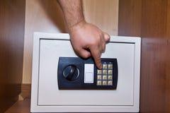 Κινηματογράφηση σε πρώτο πλάνο ενός χρηματοκιβωτίου στο ντουλάπι Στοκ φωτογραφία με δικαίωμα ελεύθερης χρήσης