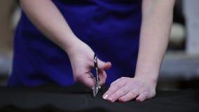 Κινηματογράφηση σε πρώτο πλάνο ενός ψαλιδιού υφάσματος περικοπών απόθεμα βίντεο