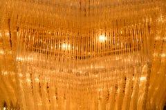 Κινηματογράφηση σε πρώτο πλάνο ενός όμορφου πολυελαίου κρυστάλλου Στοκ εικόνα με δικαίωμα ελεύθερης χρήσης