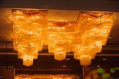 Κινηματογράφηση σε πρώτο πλάνο ενός όμορφου πολυελαίου κρυστάλλου Στοκ φωτογραφία με δικαίωμα ελεύθερης χρήσης