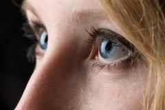 Κινηματογράφηση σε πρώτο πλάνο ενός woman& x27 μπλε μάτια του s Στοκ εικόνες με δικαίωμα ελεύθερης χρήσης