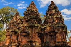 Κινηματογράφηση σε πρώτο πλάνο λεπτομέρειας των κεντρικών συνημμένων στο ναό Banteay Srey, ασβέστιο Στοκ Φωτογραφία