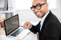 Κινηματογράφηση σε πρώτο πλάνο εργασίας επιχειρηματιών χαμόγελου της έξυπνης με τον υπολογιστή Στοκ φωτογραφία με δικαίωμα ελεύθερης χρήσης