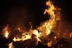 Κινηματογράφηση σε πρώτο πλάνο εστιών Καίγοντας απόβλητα της βιομηχανίας πολτού Στοκ εικόνες με δικαίωμα ελεύθερης χρήσης